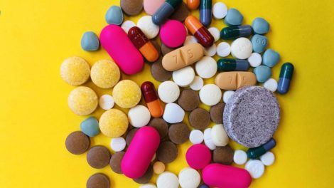 een verzameling van pillen in diverse kleuren