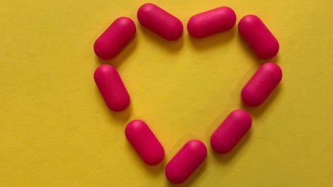 rode pillen in de vorm van een hart
